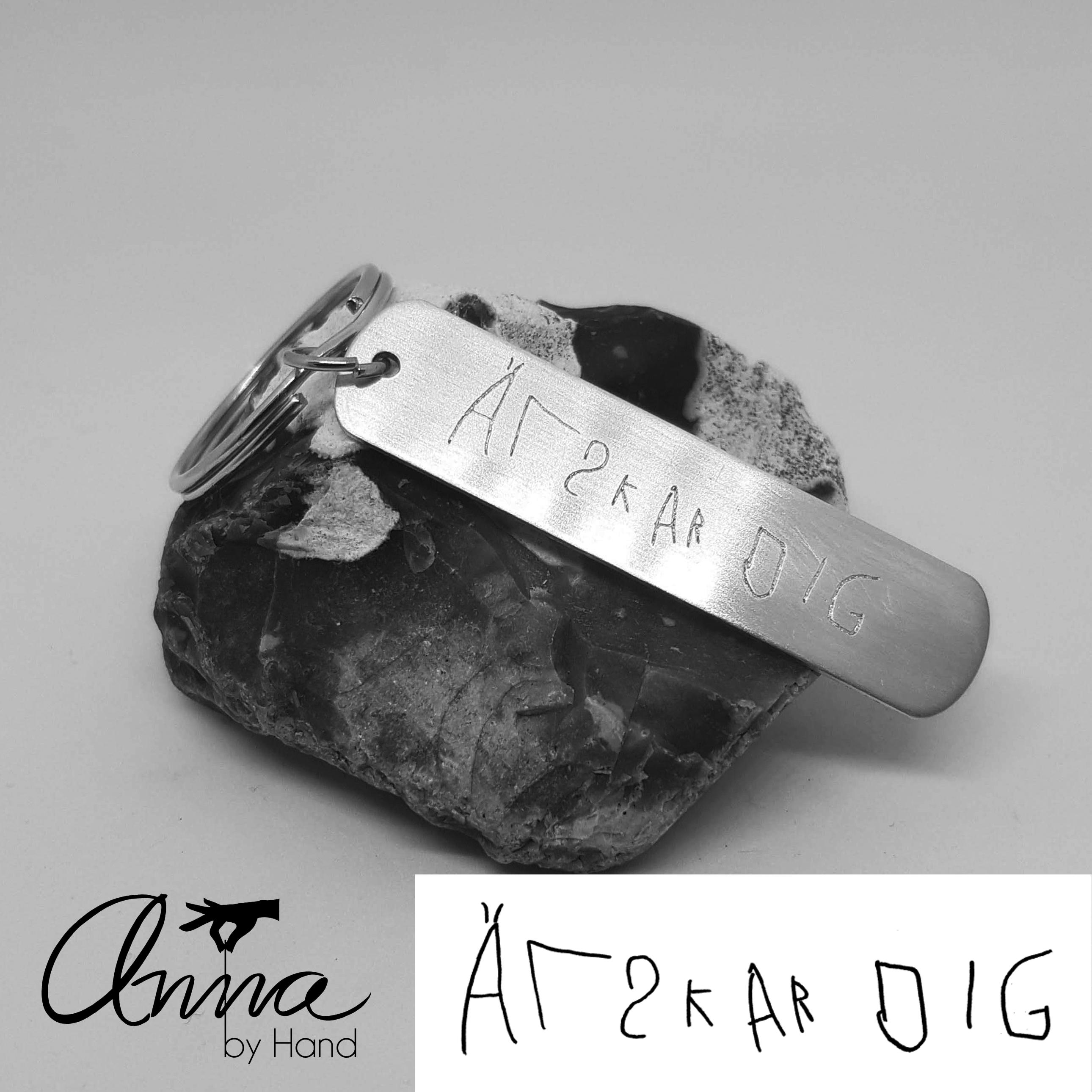 Nyckelring med personlig gravyr – Anna by Hand deccac6fbca0a